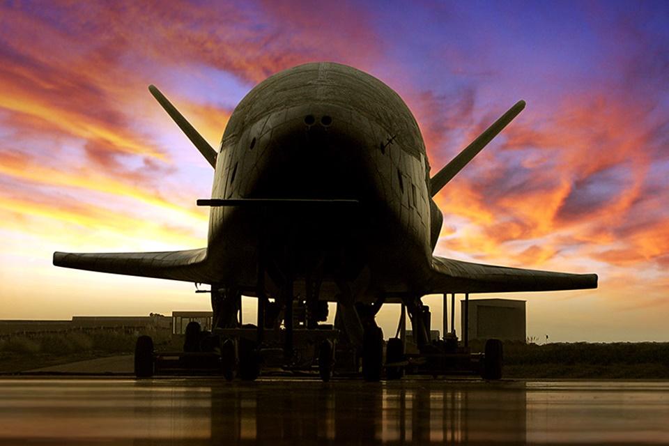 Nave americana volta do espaço após 780 dias em missão misteriosa