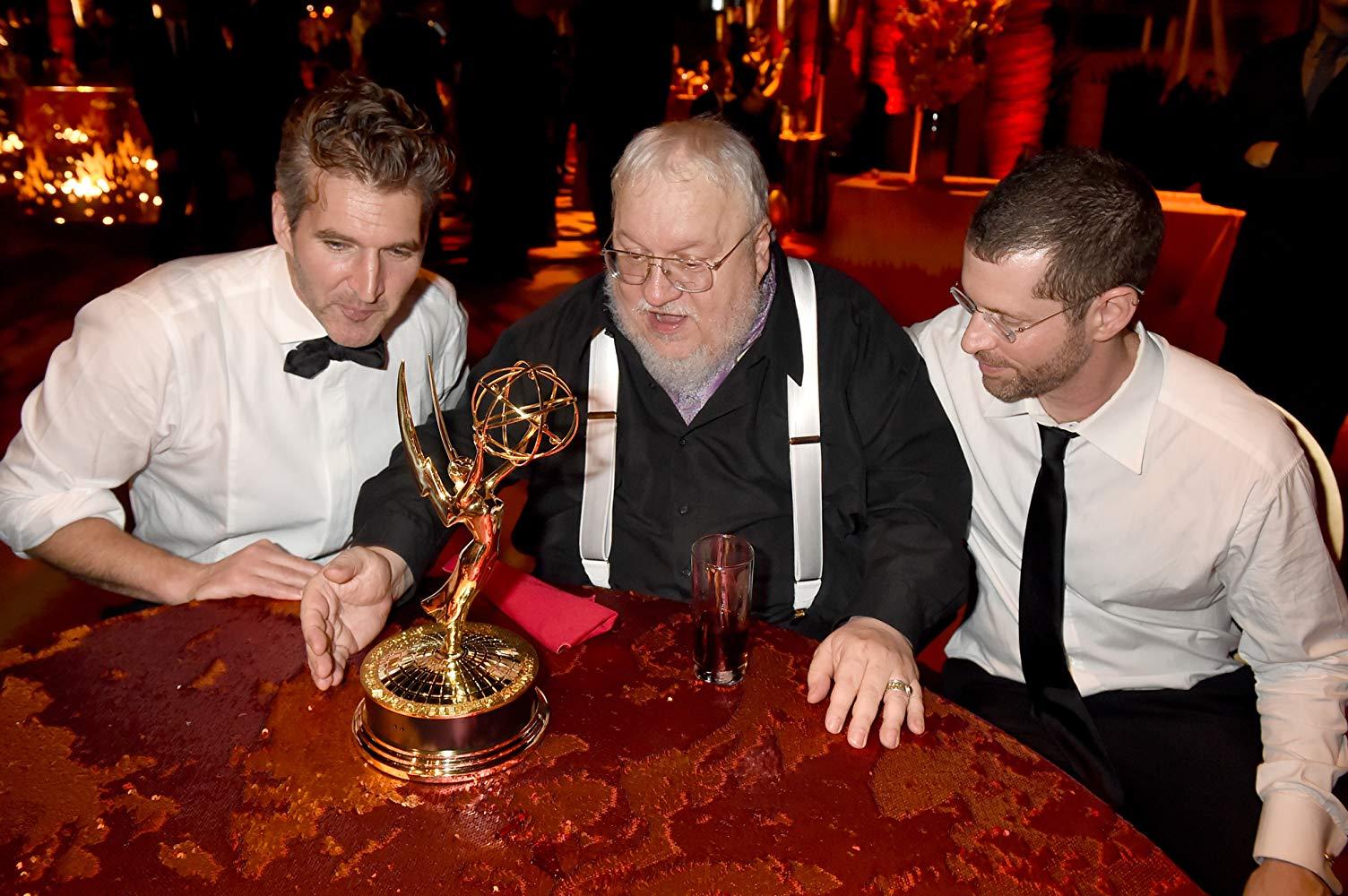 George R.R. Martin, David Benioff, e D.B. Weiss durante o 67º Emmy - 2015 (Fonte: IMDb/Reprodução)