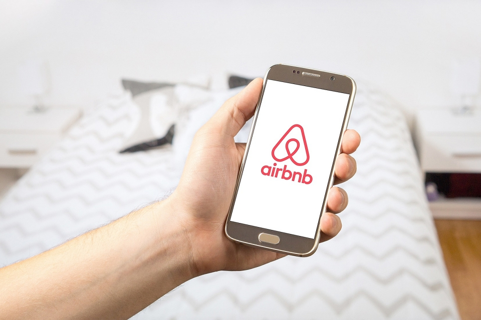 Hosts do Airbnb expõem fotos e dados de hóspedes em grupos de Facebook