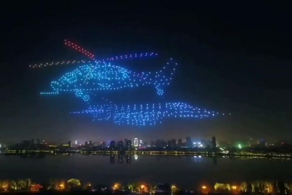 Enxame de 800 drones encerra evento formando figuras no céu da China