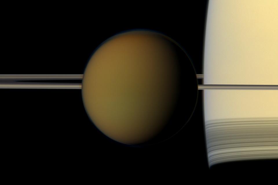 Mapeamento de lua de Saturno revela presença de material orgânico