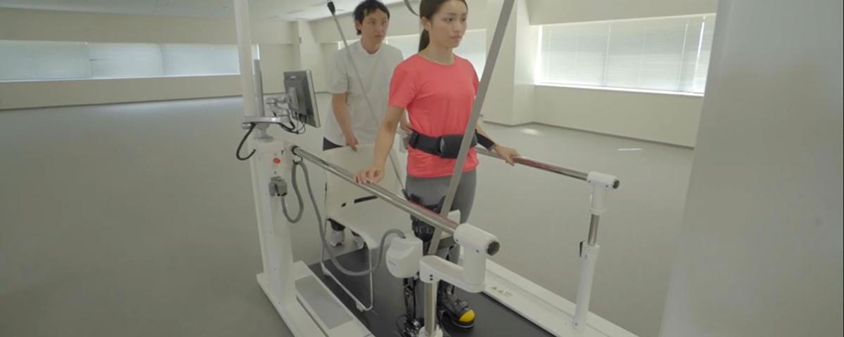 Novo robô da Toyota ajuda pessoas a recuperar movimento das pernas