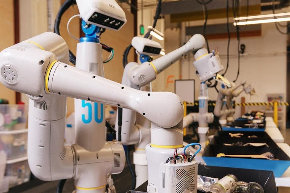 Novo robô da Alphabet ajuda na reciclagem e aprende com simulações