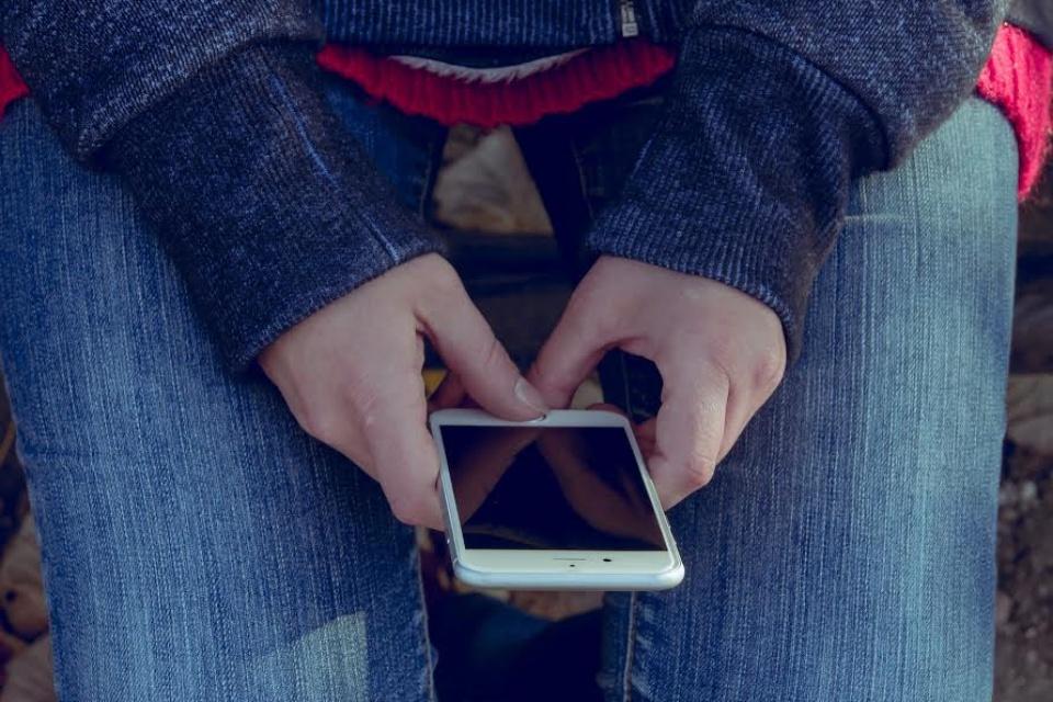 Mulheres são mais educadas com assistentes virtuais, diz estudo