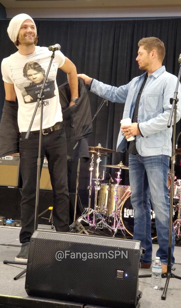 Supernatural: Jared Padalecki usa camiseta com foto de prisão