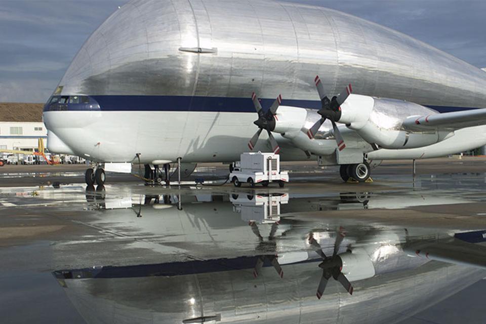 Avião 'barrigudo' da NASA leva cápsula Orion para testes nos EUA