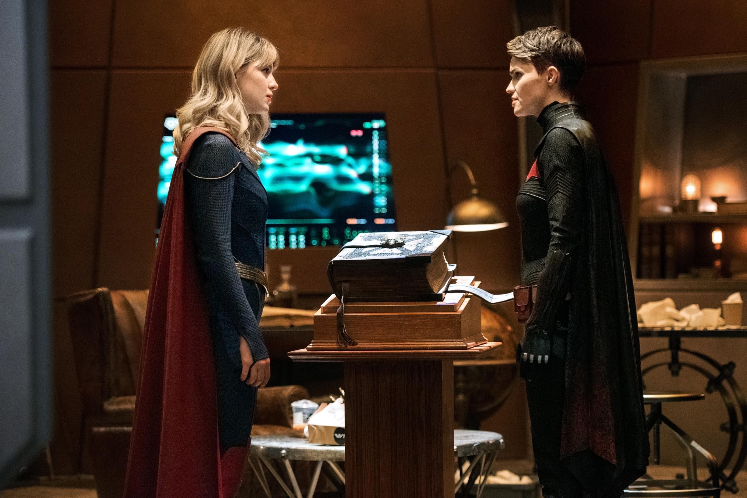 Raio Negro, Lex Luthor e Batwoman juntos em novas fotos de Crise nas Infinitas Terras