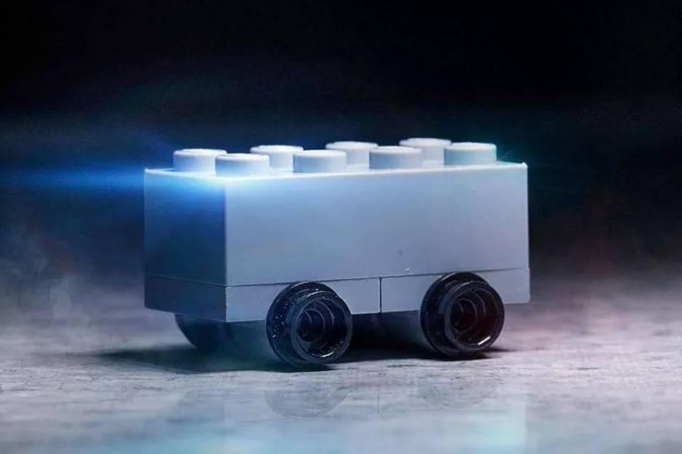 LEGO tira sarro do Cybertruck da Tesla: 'à prova de estilhaços'