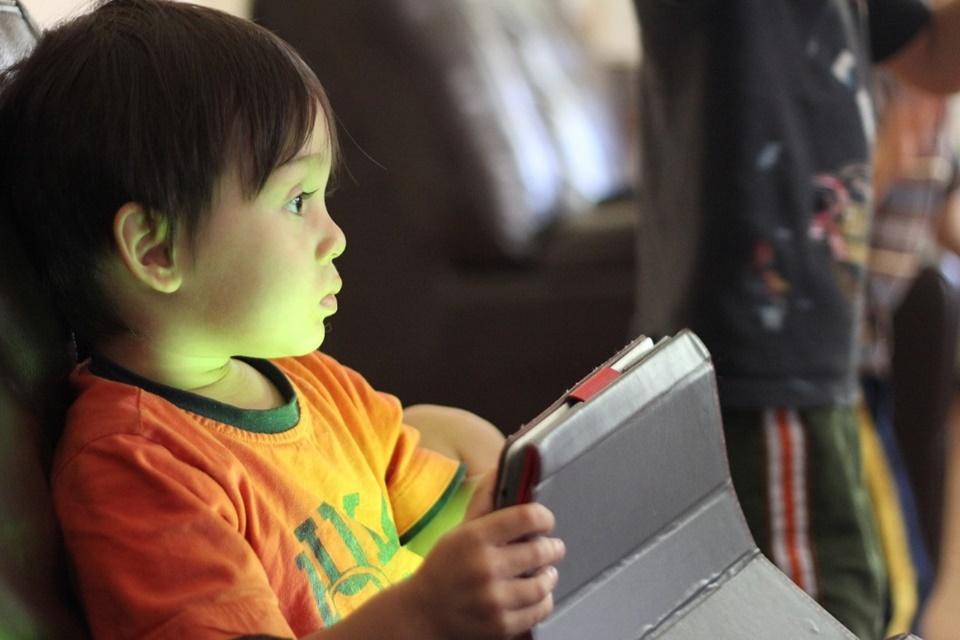 Governo brasileiro processa YouTube por coleta e uso de dados de crianças