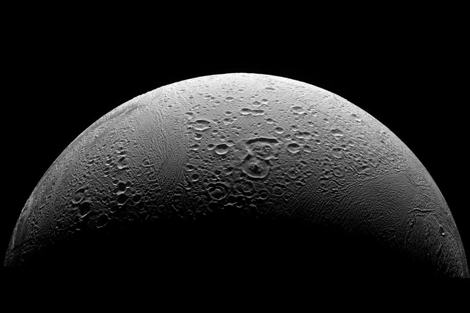 """Mistério das """"Listras de Tigre"""" da lua congelada de Saturno é desvendado"""