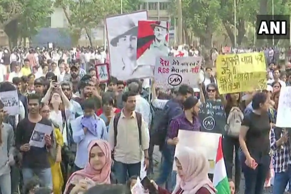 Índia corta internet móvel, SMS e ligações para abafar protestos