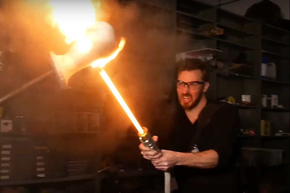 Youtuber constrói sabre de luz 'de verdade' usando baterias [vídeo]