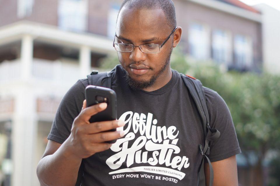 Projeto de Lei propõe aviso sobre riscos do uso do celular para a coluna