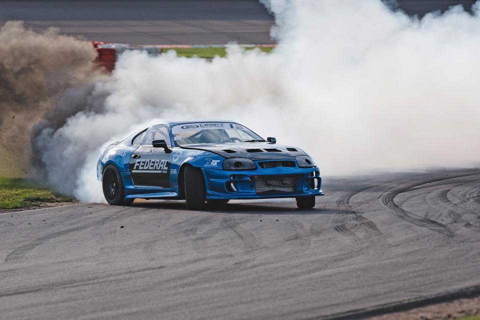 Um 'DeLorean' autônomo fazendo drift é o que você precisa neste pós-feriado