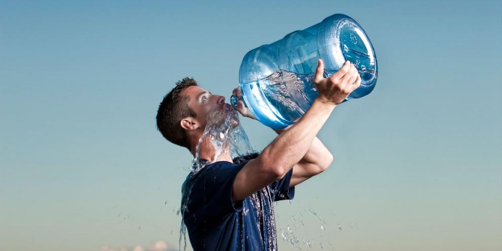 Muita água pode ser prejudicial à saúde. (Fonte: Confirmado/Reprodução)