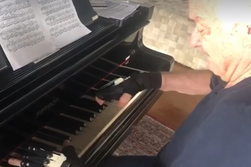 Maestro João Carlos Martins usa luvas biônicas e volta a tocar piano