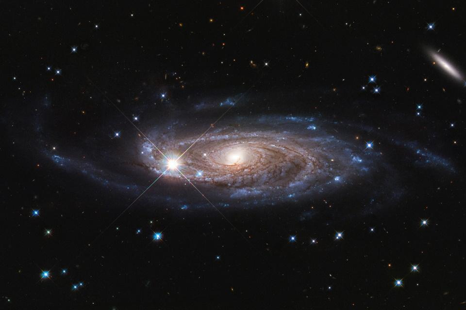 Hubble captura imagem de uma das maiores galáxias já descobertas
