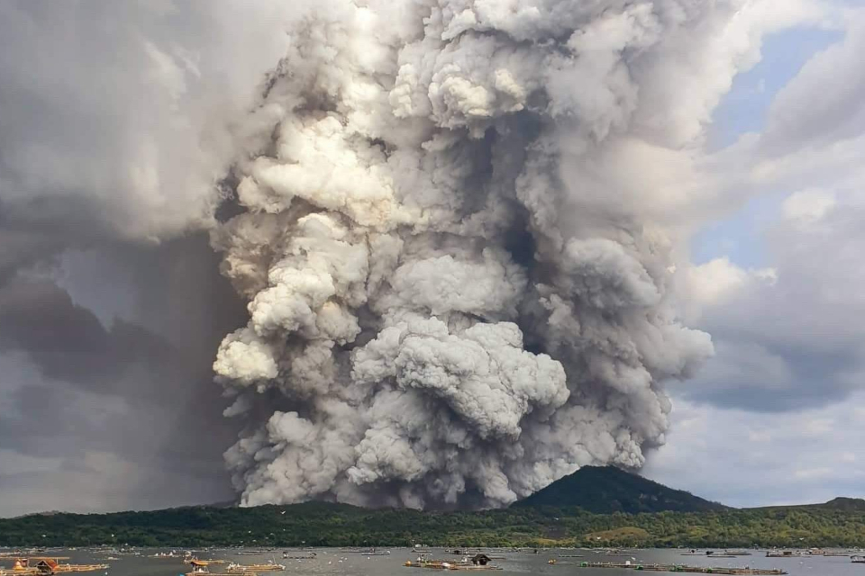 Vulcão nas Filipinas entra em erupção e preocupa autoridades