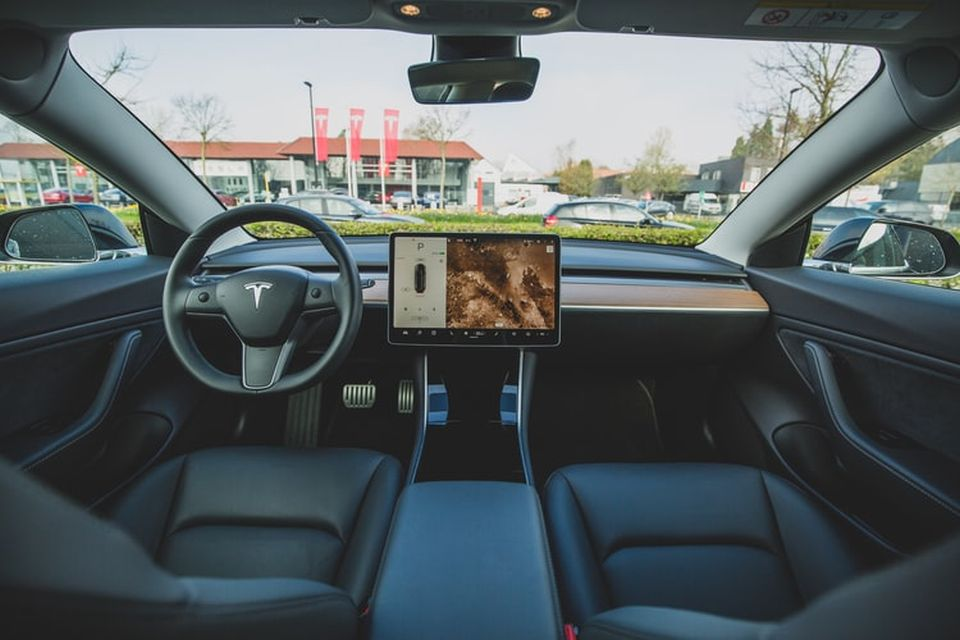 Carros da Tesla estão acelerando sozinhos e causando acidentes