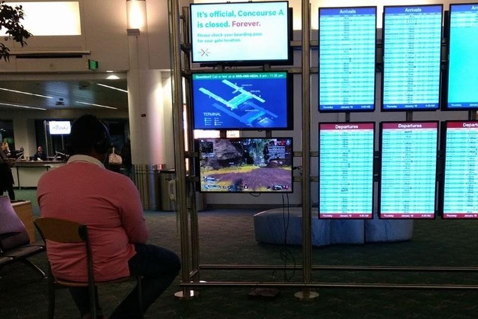 Passageiro 'sequestra' TV de aeroporto para jogar enquanto espera voo