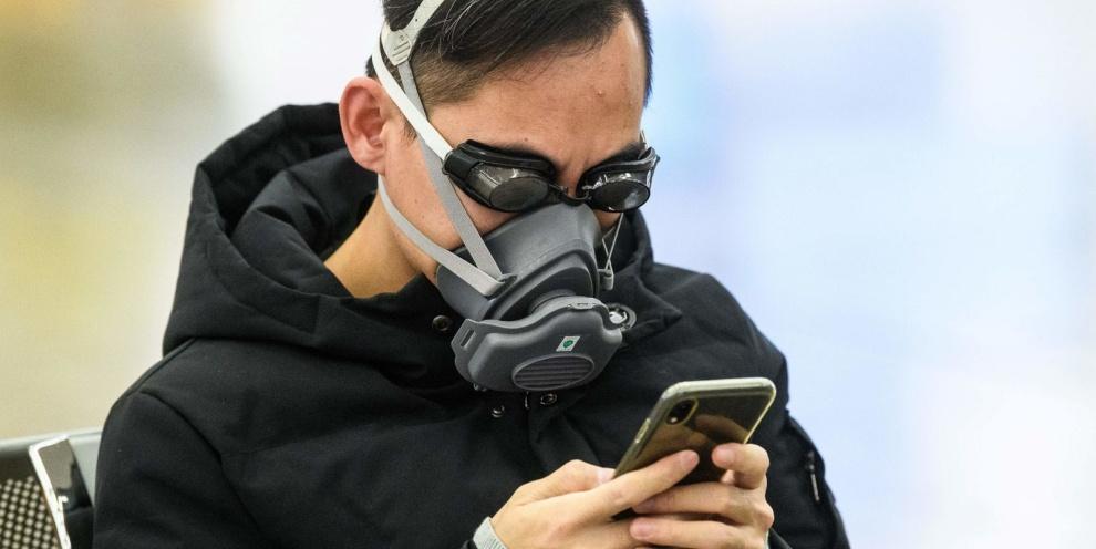 Homem usando máscara facial e óculos de natação em Hong Kong. (Fonte: Getty Images/Reprodução)