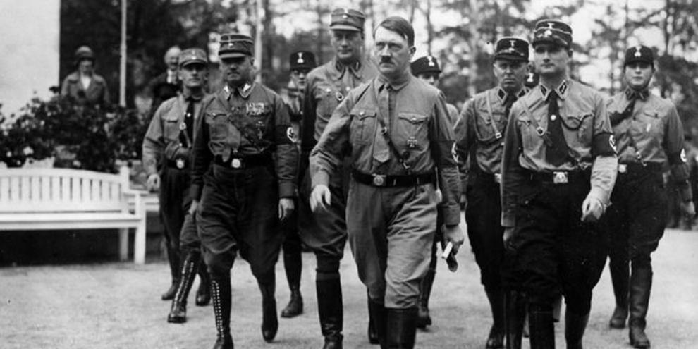 Hitler caminhando até Reichstag para sua posse como chanceler. (Fonte: General Photographic Agency/Getty Images/Reprodução)