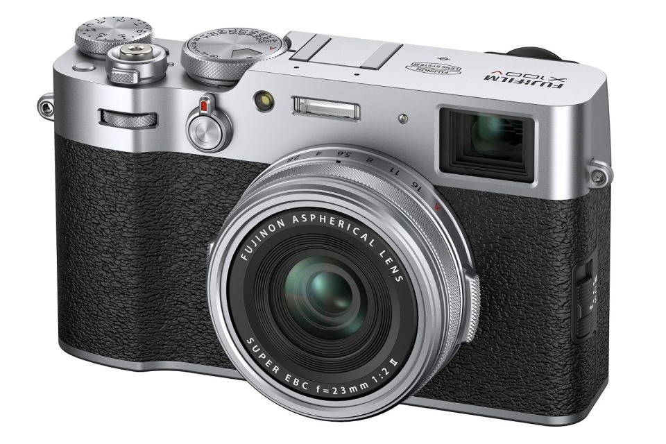 Fujifilm lança câmera X100V com tela inclinável e design retrô