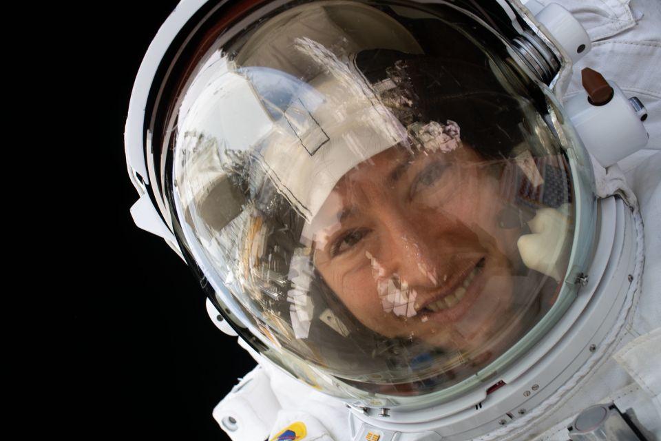NASA traz Christina Koch de volta à Terra após recorde no espaço