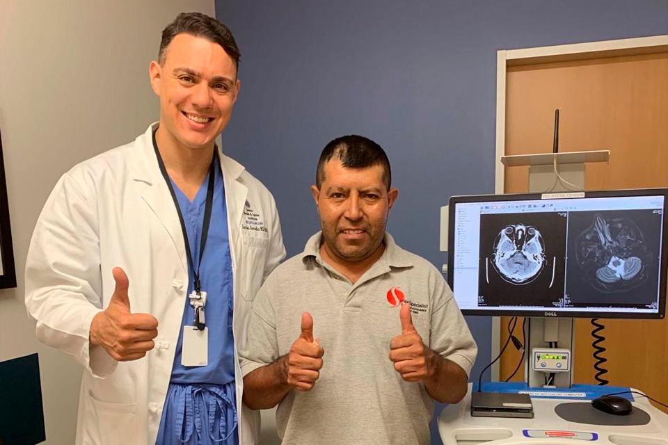 Jordan Amadio e Gerardo Moctezuma após a cirurgia
