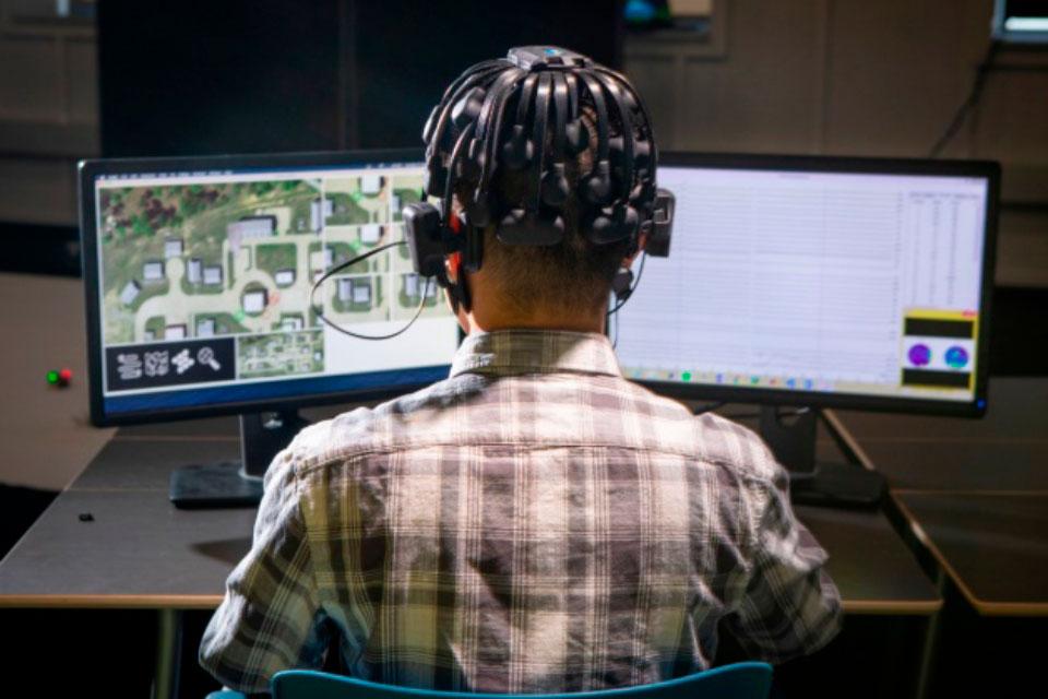 Gamers vão ensinar IA a pilotar enxames de drones militares