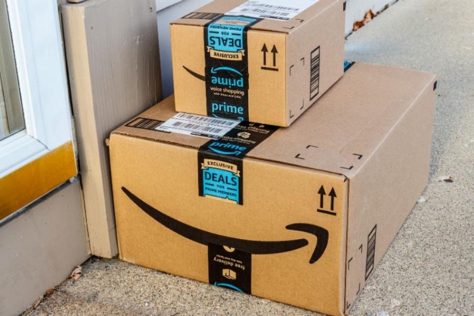 Pacote da Amazon prende mulher dentro da própria casa