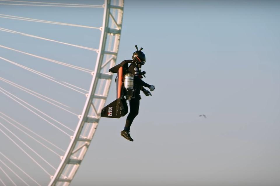 """""""Homem de Ferro de Dubai"""" voa com traje de fibra a 1.800m [vídeo]"""