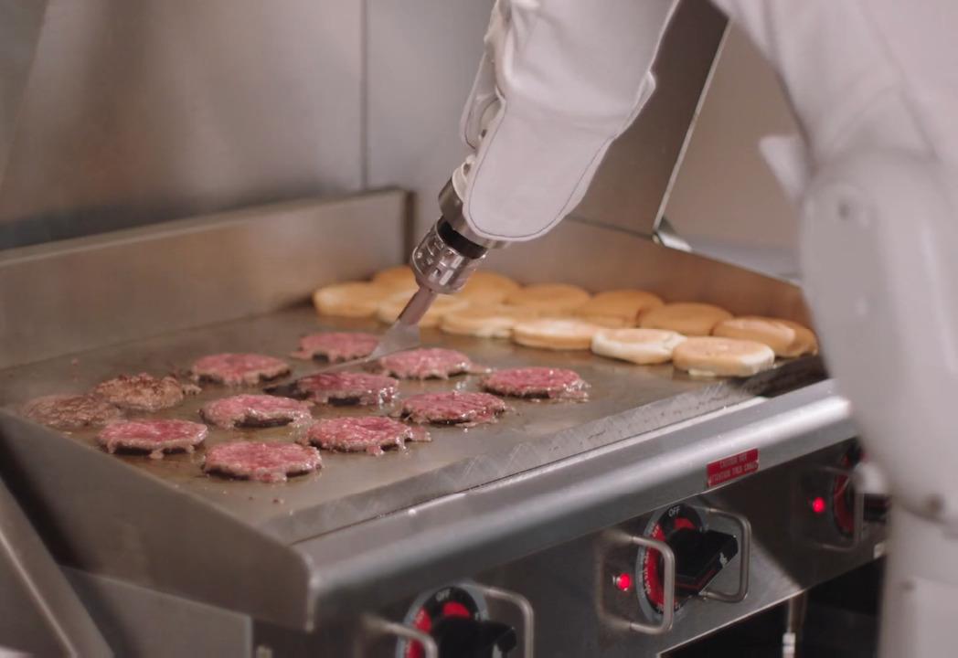 Conheça Flippy, o robô-chapeiro que faz 150 hambúrgueres por hora