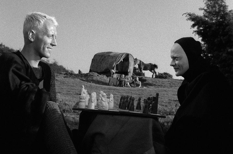 Antonius Block (Max von Sydow) jogando xadrez com a morte (Bengt Ekerot) em 'O Último Selo' - 1957 (Fonte: IMDb/Reprodução)