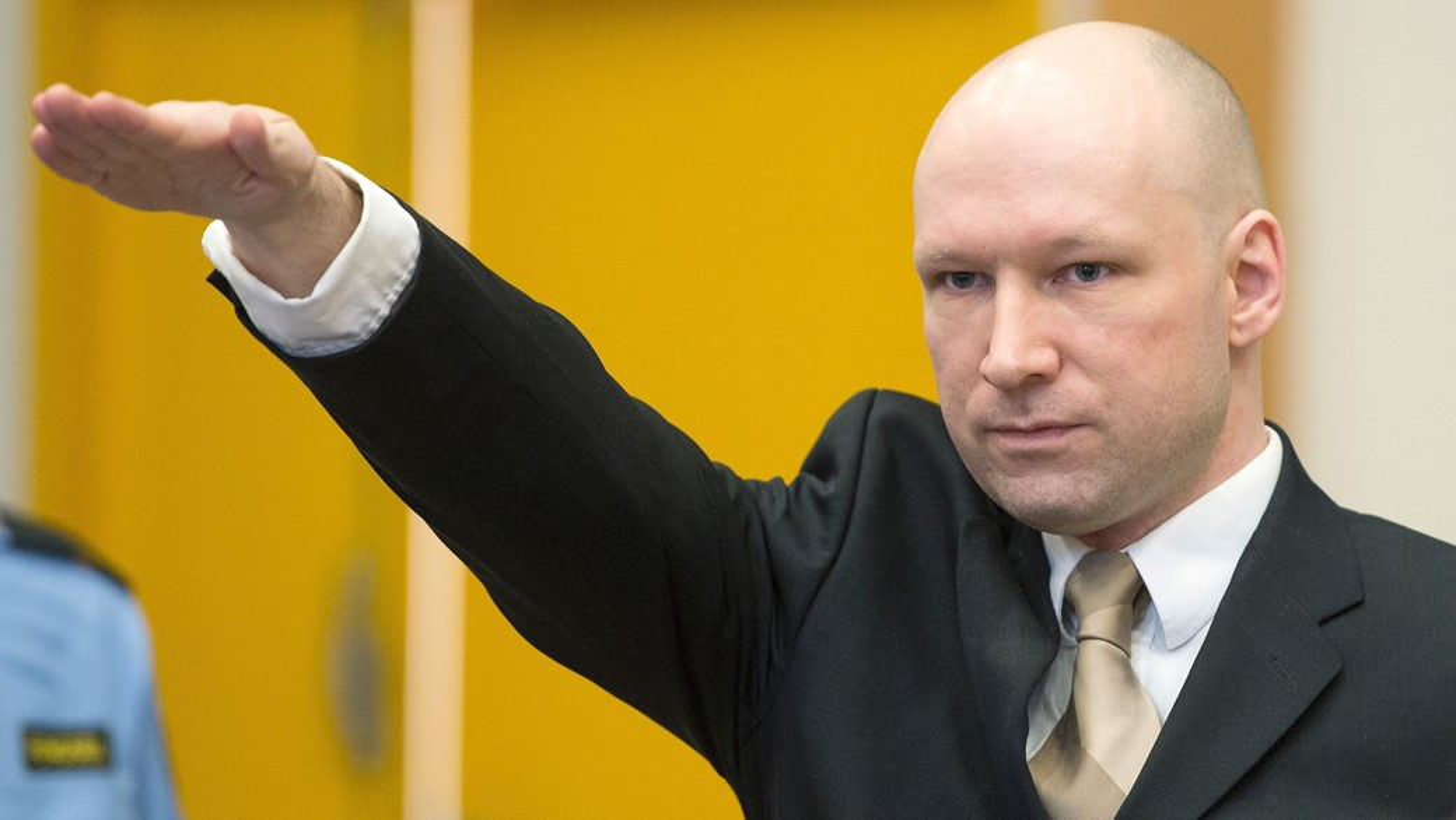 (Anders Breivik fazendo a saudação nazista no Tribunal)