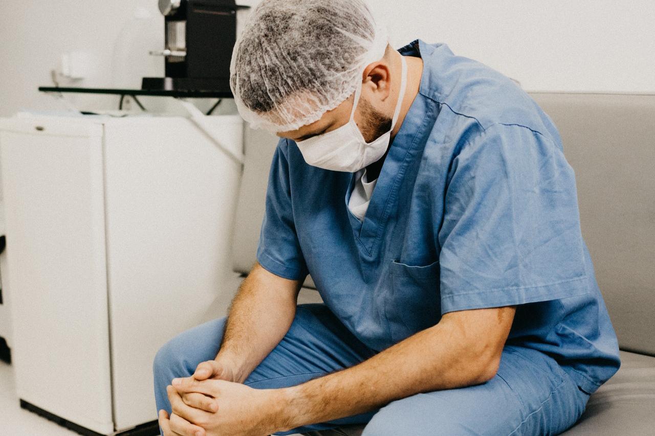 Fotos pós-trabalho de médicos e enfermeiros estão viralizando