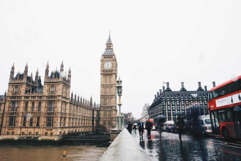 Covid-19: Reino Unido aumenta limite de pagamentos por aproximação