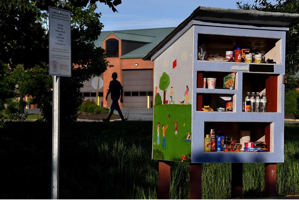 Coronavírus: americanos estocam comida em minibibliotecas