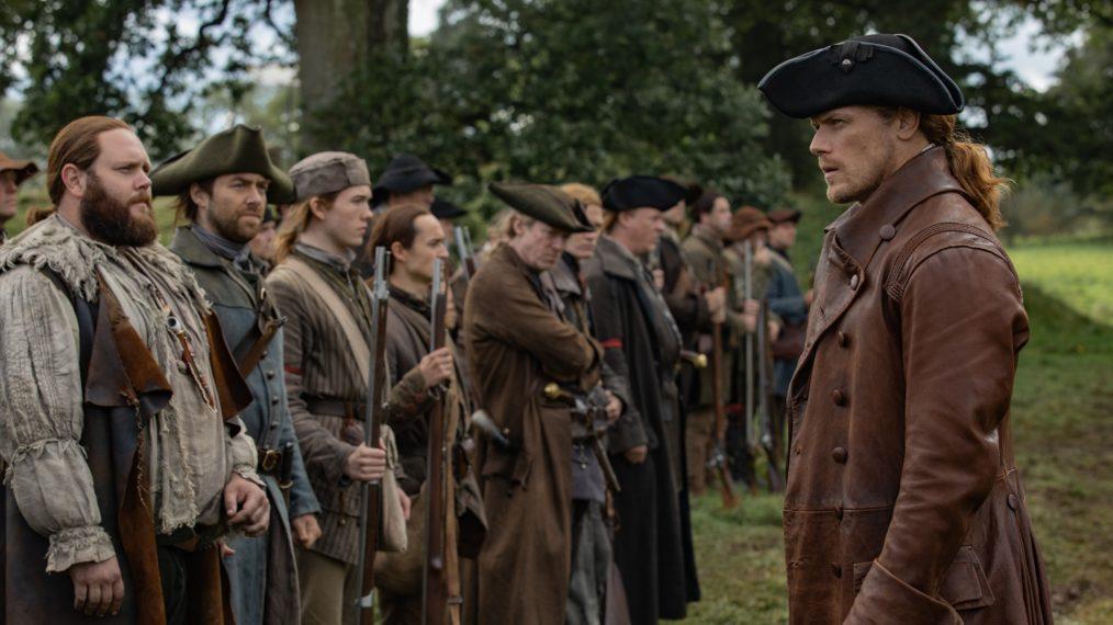 Jamie supervisiona seus milicianos, incluindo John Quincy Myers (Kyle Rees) e Roger (Richard Rankin) (Fonte: Starz/Reprodução)