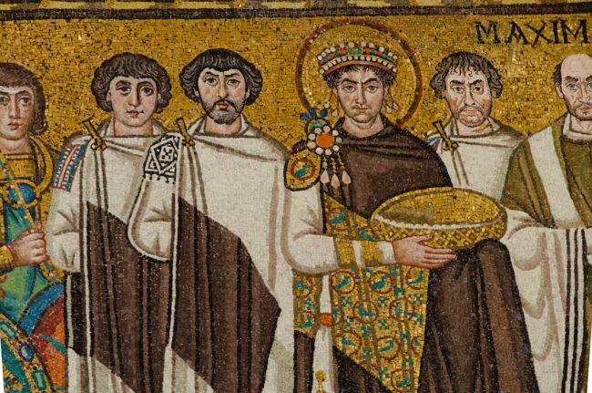 Um mosaico do Imperador Justiniano e seus apoiadores. (Fonte: Shutterstock/Reprodução)