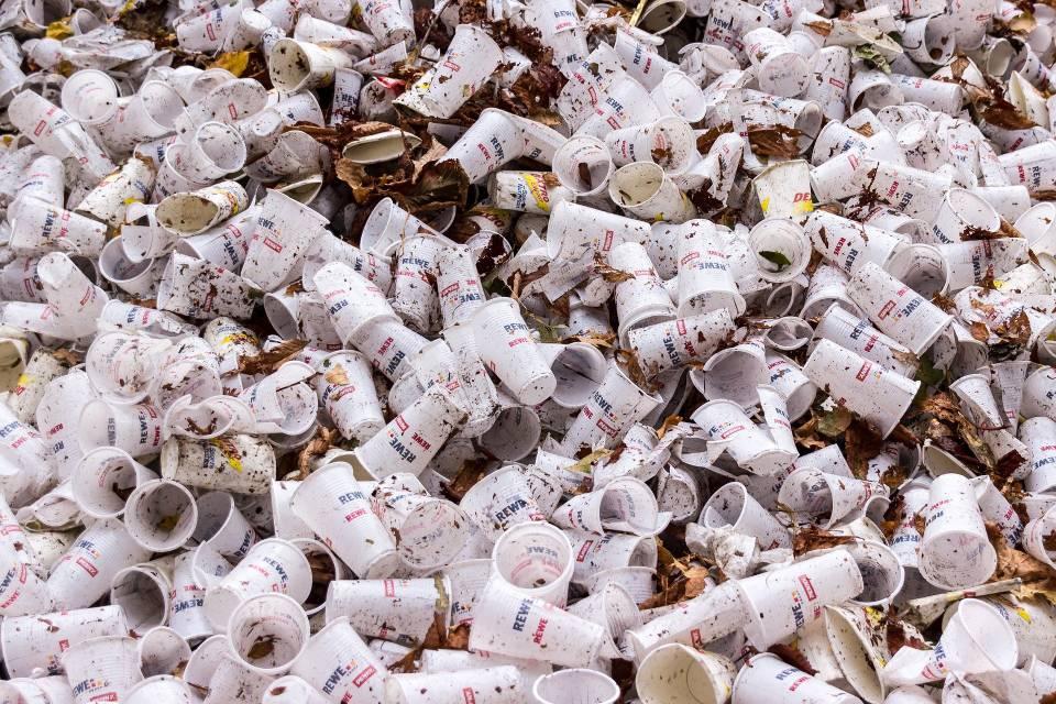 Lixo plástico: cientistas descobrem bactérias que decompõem poliuretano