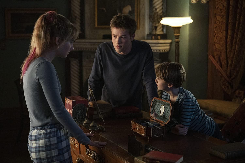 Emilia Jones, Connor Jessup e Jackson Robert Scott interpretam os irmãos Locke na série.