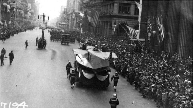 Desfile na Filadélfia durante a pandemia da gripe espanhola. (Fonte: U.S. Naval History and Heritage Command/Reprodução)