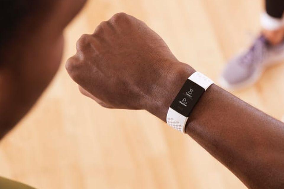 Fitbit Charge 4 é lançada com GPS, NFC e suporte ao Spotify