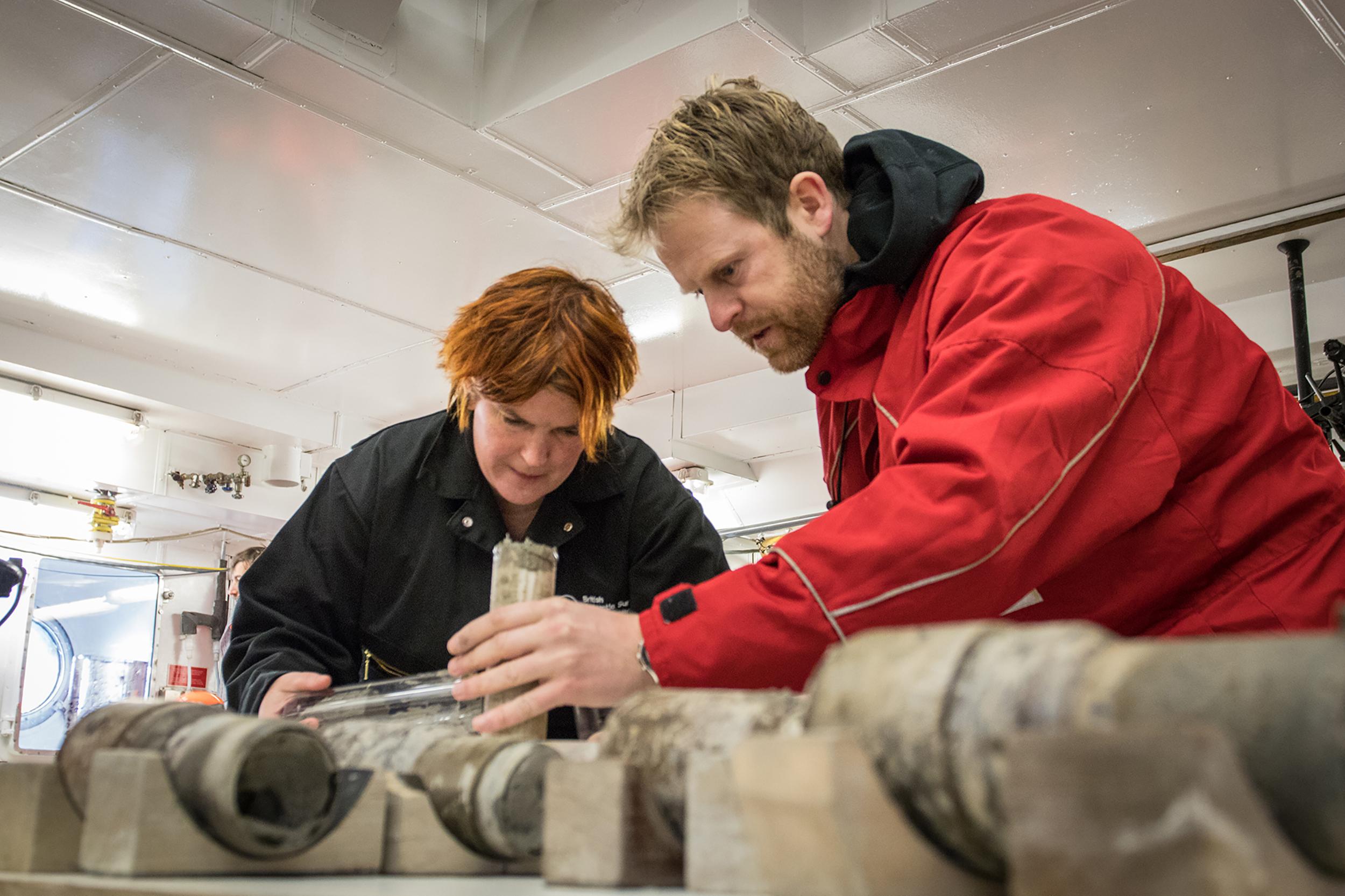 Professora Tina Van de Flierdt e Dr. Johann Klages analisando a amostra de sedimento // Créditos: T. Ronge, Instituto Alfred Wegener