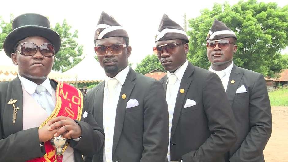 Os famosos dançarinos de funeral de Gana, só esperando uma mistura de tipos sanguíneos errada... (Fonte: Reprodução)