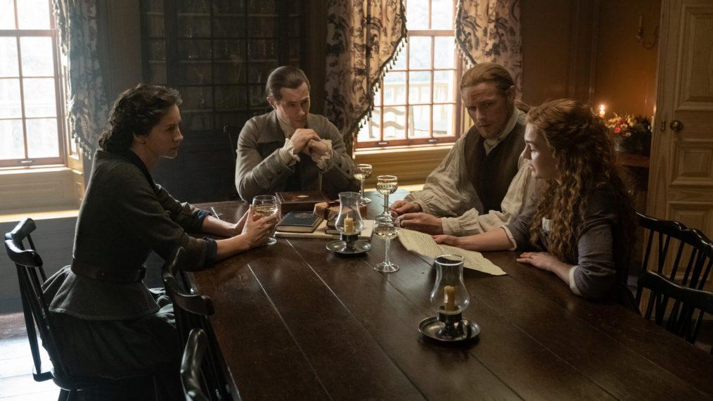 Jamie, Claire e Brianna têm uma conversa séria com John Gray (David Berry). (Starz/Divulgação)