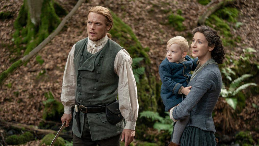 Jamie assume uma postura protetora na frente de Claire e Jemmy. (Starz/Divulgação)