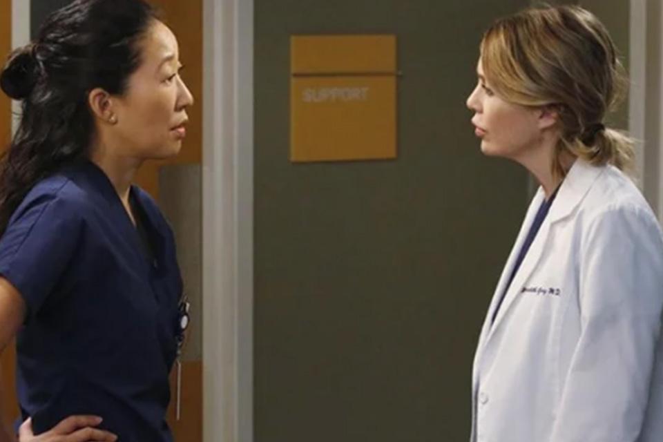Sandra Oh e Ellen Pompeo em cena de Grey's Anatomy