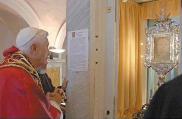 Papa Bento XVI visita o Véu de Verônica no mosteiro em Manoppello (Fonte: Ancient Origins / Reprodução)